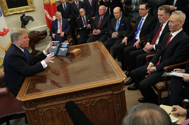 台股操盤贏家中,有7成以上認為2020年全球經濟最大風險仍在川普政策及貿易戰衝突。(東方IC)