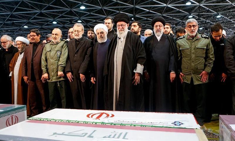 伊朗最高領袖哈米尼主持蘇萊曼尼的喪禮。(網路截圖:wikiwand)