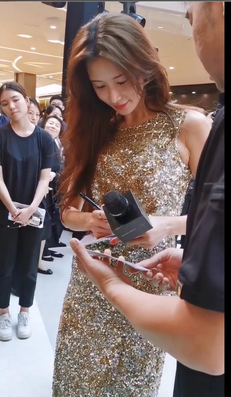 林志玲親切為粉絲簽名。(翻攝自微博)