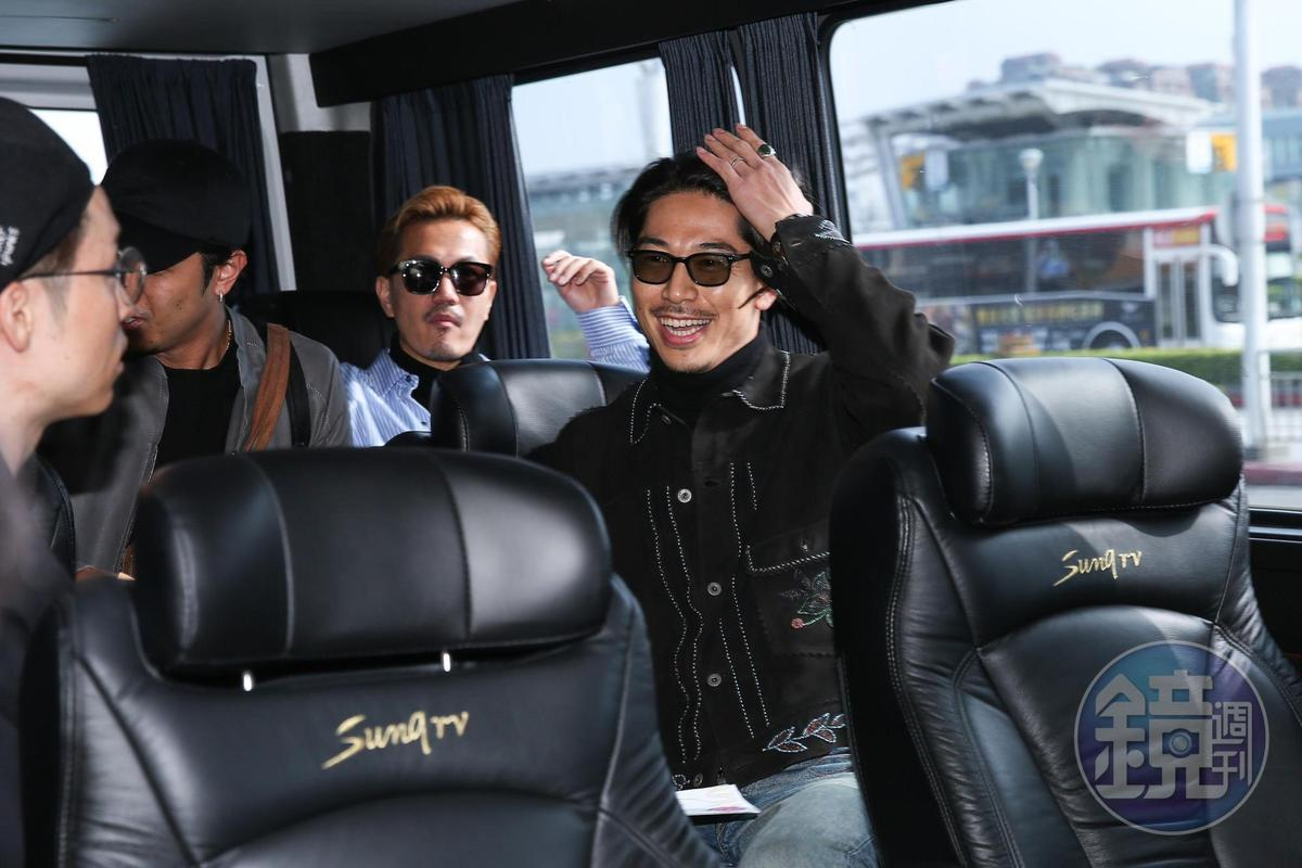 AKIRA心情超好,與成員上了保母車仍笑得很開心。