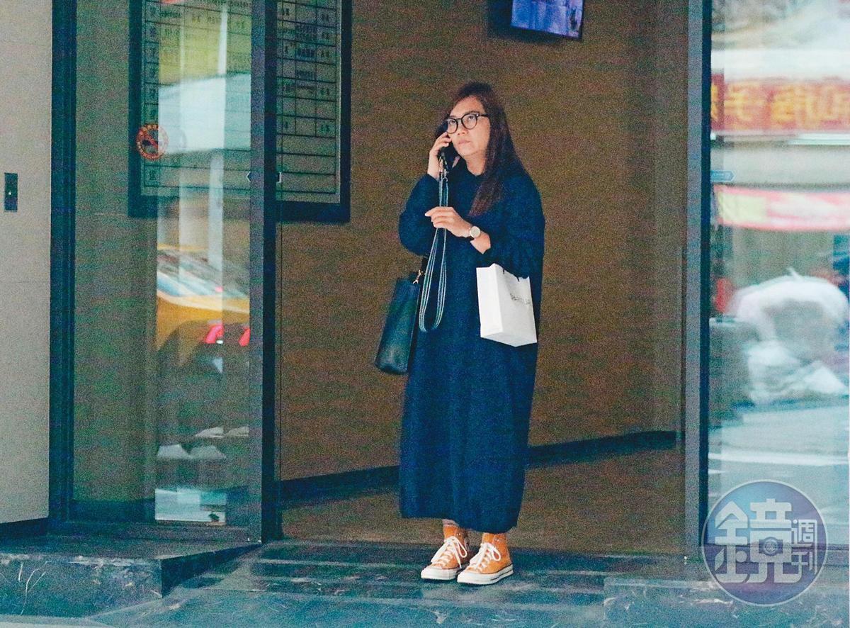 1月7日 16:13 梁靜茹約四點多離開大樓在門口打電話,之後到便利商店提款。