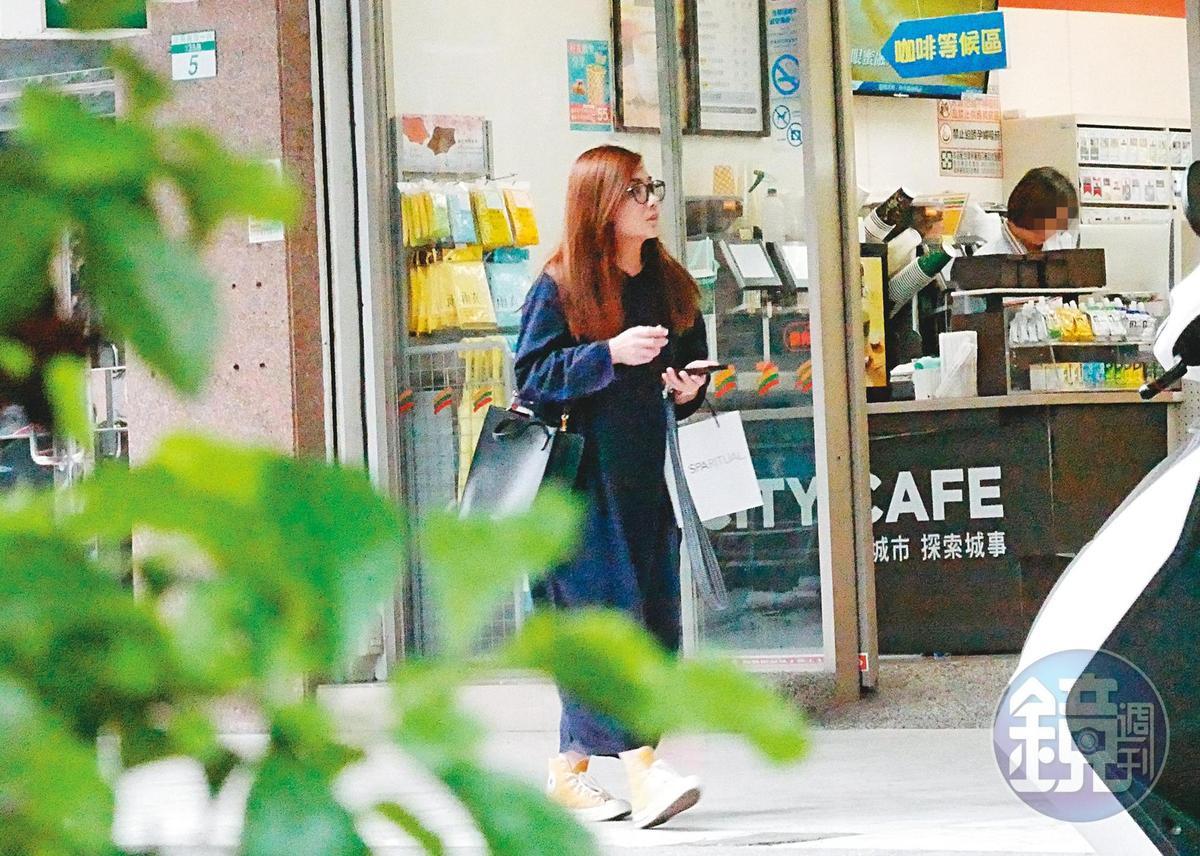 1月7日 16:34 梁靜茹從便利商店離開後,在巷子內閒逛一會兒,才坐小黃回家。