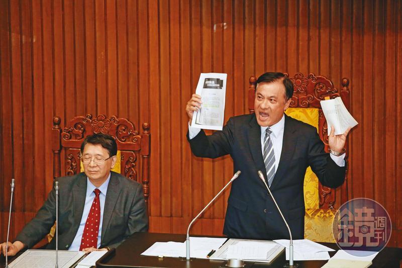 立法院長蘇嘉全(右)4年前與有意角逐院長的柯建銘、陳明文協調後出線,成為民進黨首位國會議長。