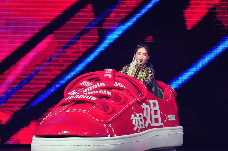 謝金燕《紅白》將「姐姐車」開上小巨蛋舞台。(台視提供)