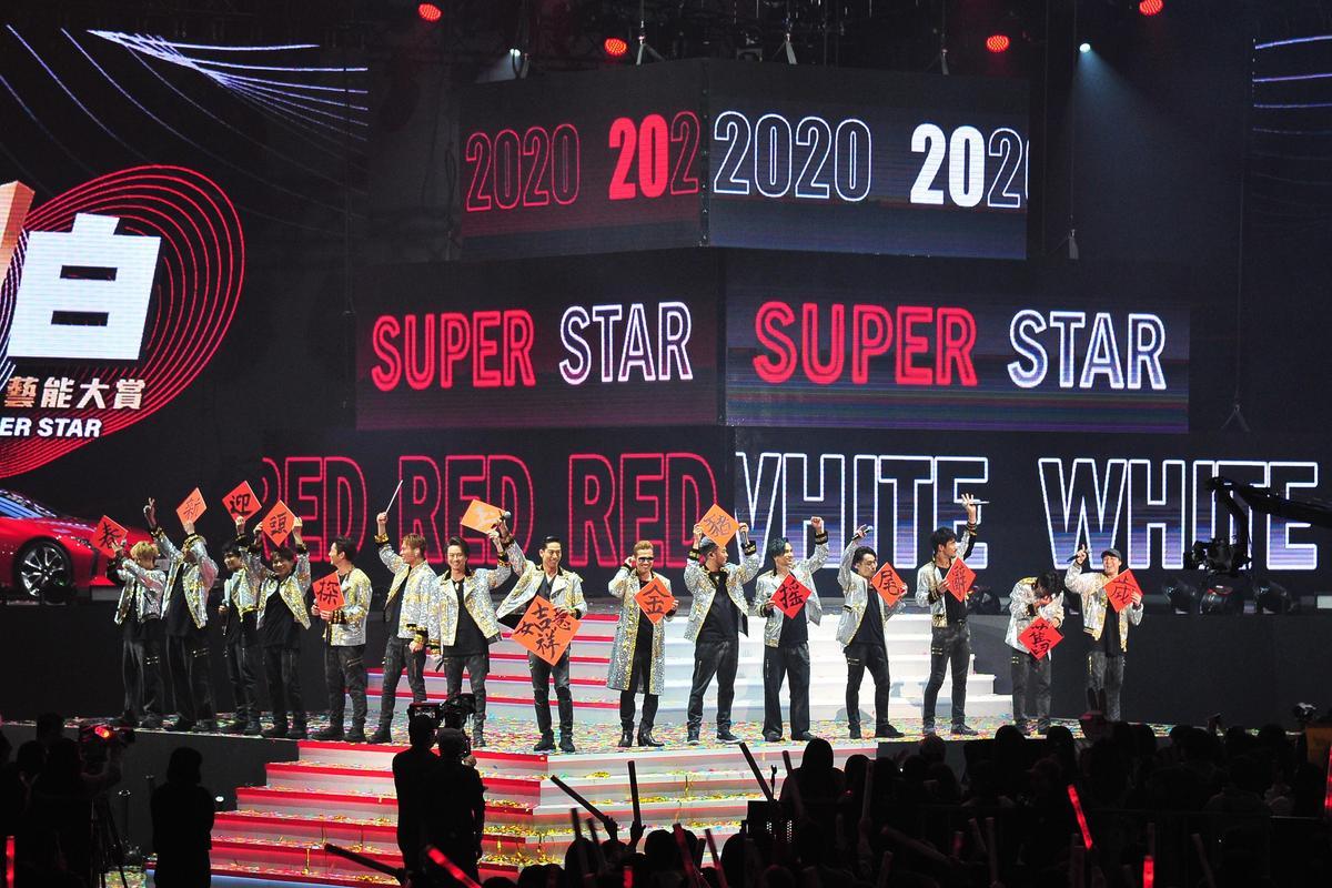 AKIRA(中)與放浪兄弟成員為台視《2020超級巨星紅白藝能大賞》持春聯拜年。(台視提供)