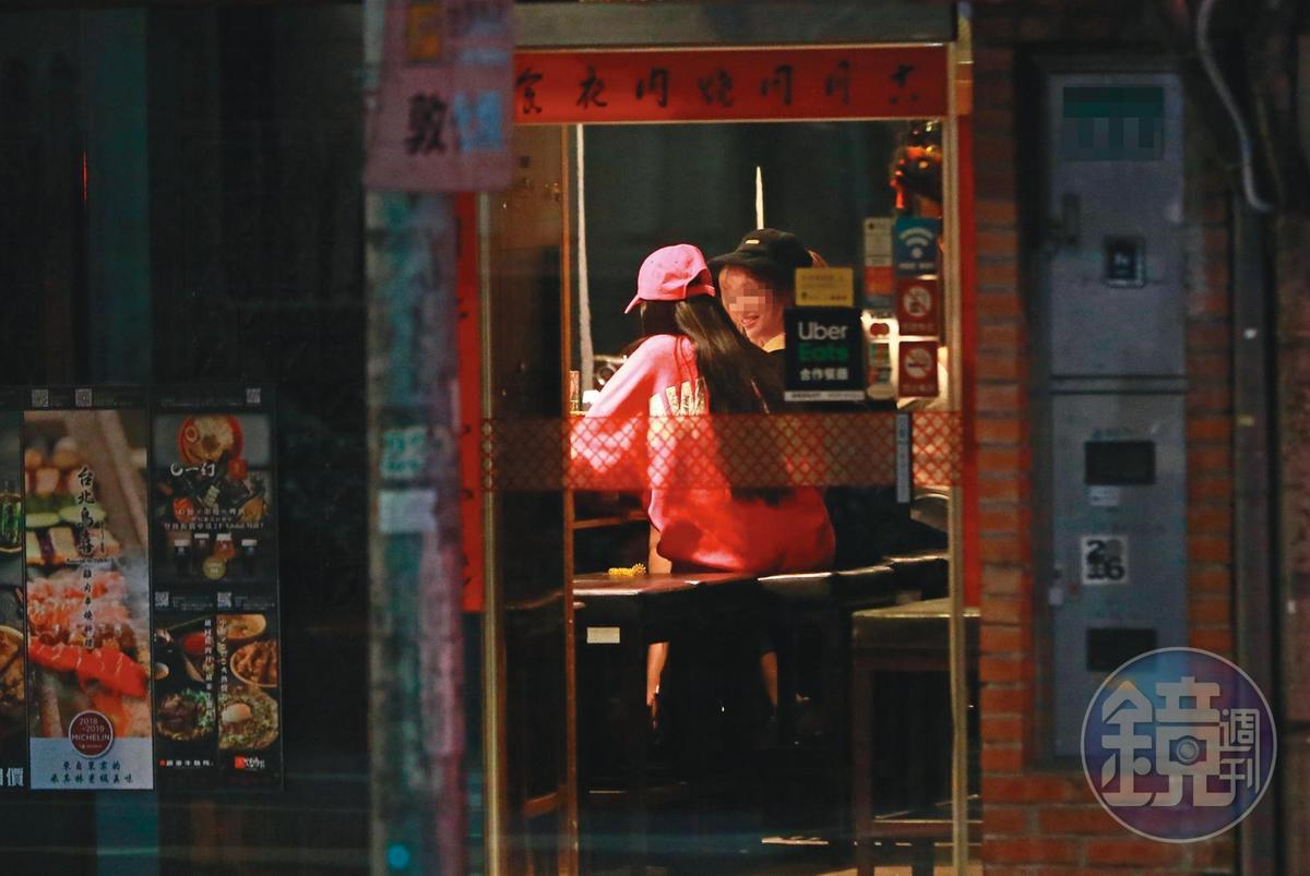 1/9 00:17 一位頭戴桃紅棒球帽、身穿桃紅色寬鬆T的長髮女,出現在台北知名燒肉店。