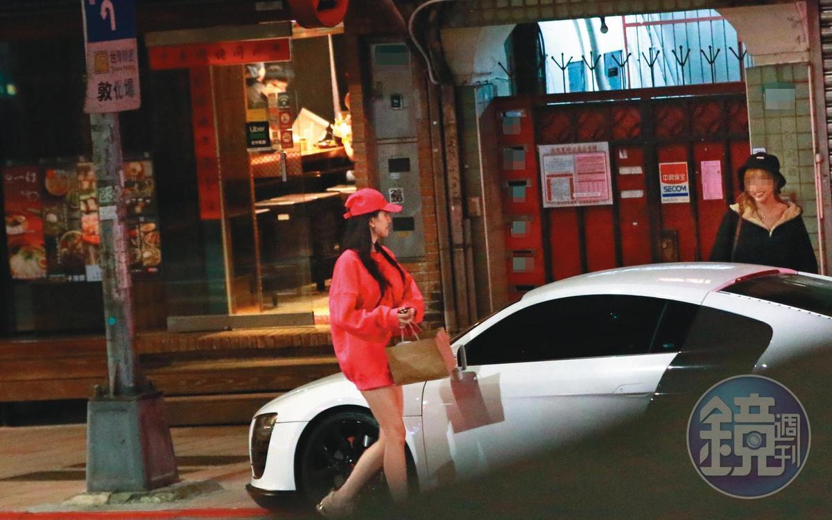 翁子涵頭戴桃紅棒球帽、身穿桃紅色寬鬆T、露出細長美腿。