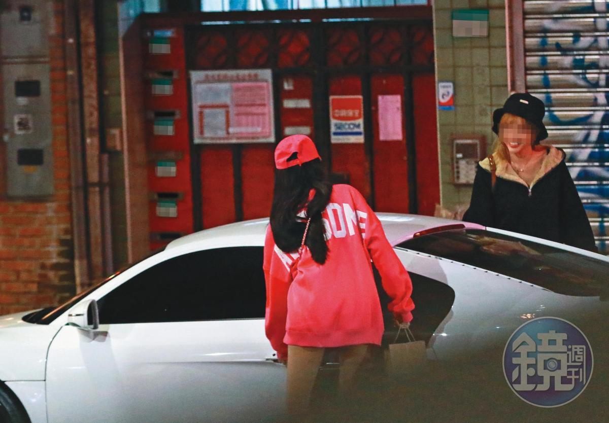 00:34 走出燒肉店後,翁子涵到駕駛座旁開車門,顯示她就是車子的主人。