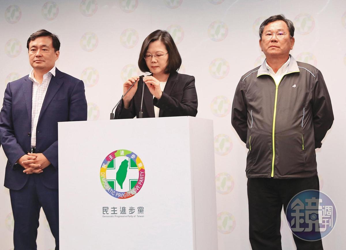2018年11月九合一選舉大敗,蔡英文(中)率民進黨幹部洪耀福(左)和陳明文(右)向外界鞠躬道歉。