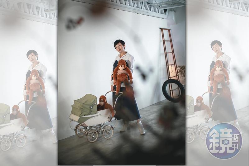 這張照片並不在計畫之內,苗可麗看到了娃娃車,愛不釋手,留下這有趣的瞬間。