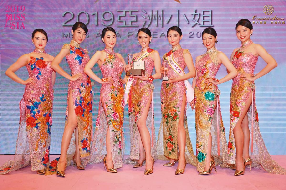 即便醜聞連環爆,翁子涵(左四)不畏流言,繼續參加「亞洲小姐」選美賽事。(翻攝自亞洲小姐官網)