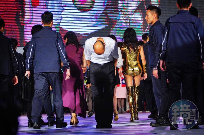 選前之夜,韓國瑜離去之時又轉身,再次向支持者鞠躬感謝。彷彿預言了開票結果,他不得不步下長達大半年的造神舞台。