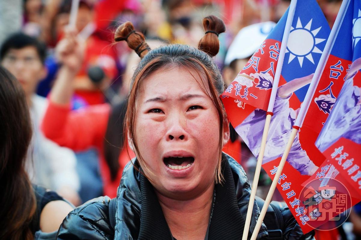 許太太(化名)是高雄市議會議長許崑源的20年鐵粉,因許崑源讚賞韓國瑜,讓她成為韓粉,見票數差距大,不禁激動落淚。