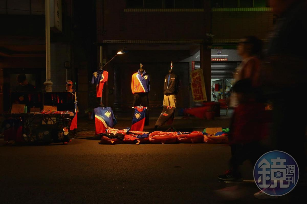 敗選夜晚,人潮漸漸散去,攤商特價拍賣,直到12點無人了才收攤。
