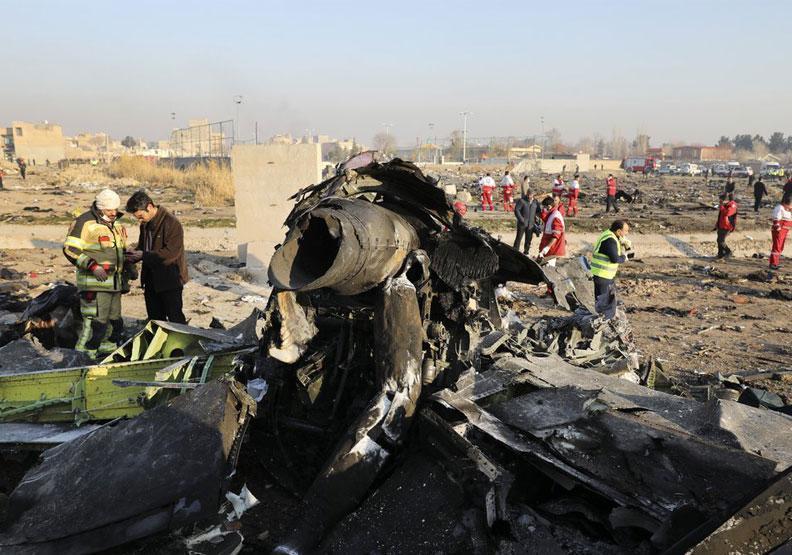 烏克蘭航空墜毀3日後,伊朗一改先前矢口否認的態度,才承認是軍方誤擊。(翻攝自FrontStreet推特)