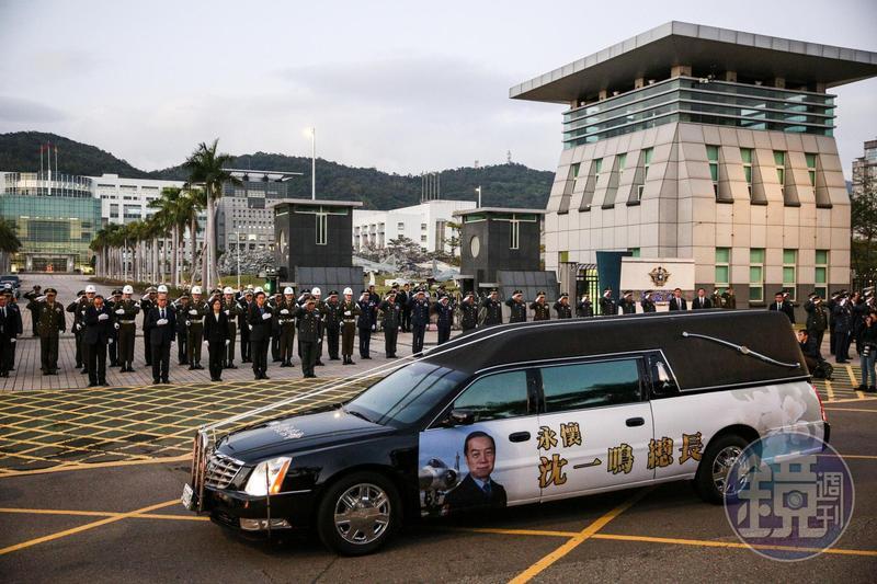 今年初黑鷹直升機墜毀事件,造成參謀總長沈一鳴等8名將士不幸罹難,昨日傍晚舉行殉職將士「移柩暨啟靈致敬」儀式。