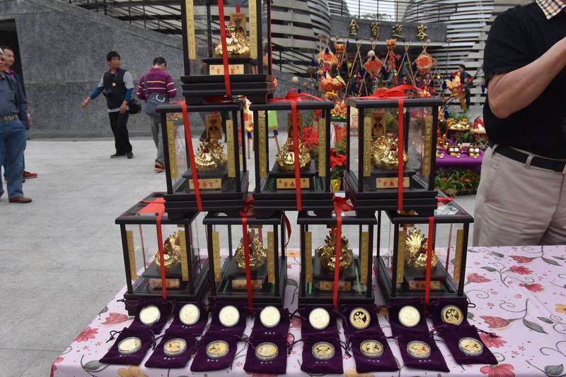 來到紫南宮可以看到金雞林立的景象,許多民眾還會帶著金雞「回娘家」過香爐。(翻攝自紫南宮臉書)