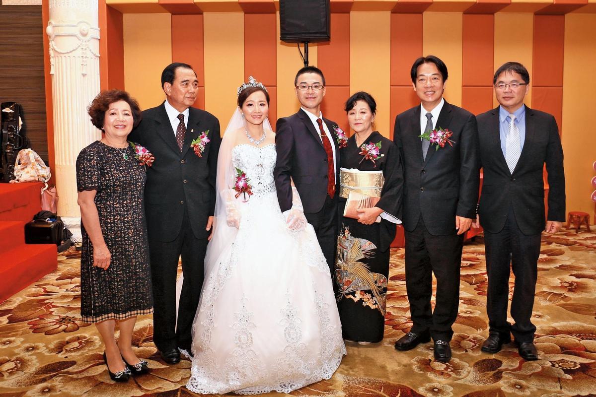 阿部真行(右四)2014年認識臺南女兒方冠笛(左三),交往3年後,正式成為臺南半子。因阿部表現令人印象深刻,賴前院長(右二)及李代理市長(右一)當時皆前往祝賀。