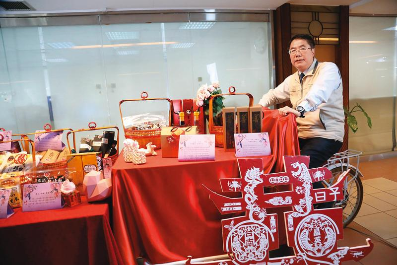 市長黃偉哲為林志玲準備「嫁妝一牛車」,滿載12件嫁女兒古禮。