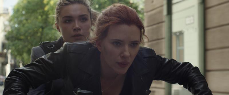 史嘉蕾飾演的娜塔莎,載著同為特工的「葉蓮娜」逃避追殺。(迪士尼提供)