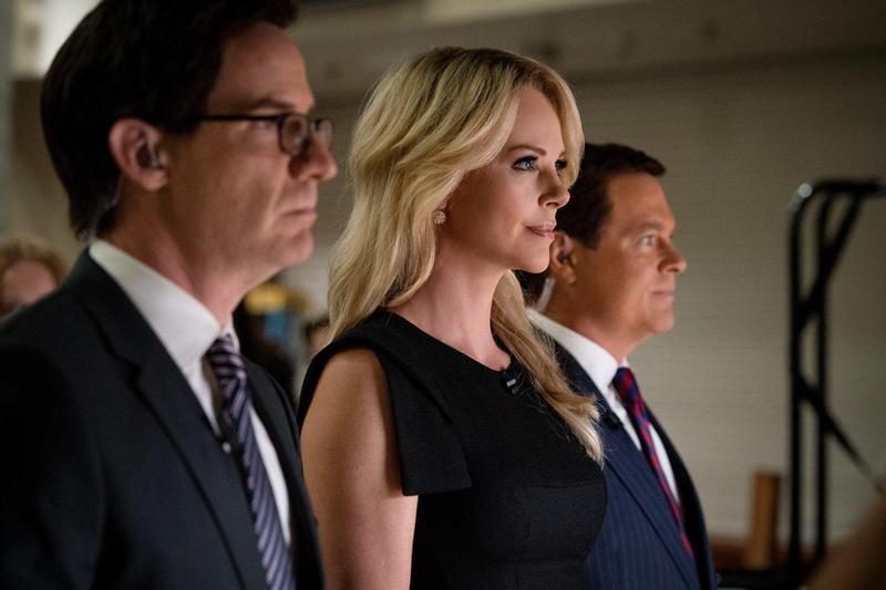 莎莉賽隆飾演的梅根凱莉神還原2016年本尊在共和黨總統辯論會上犀利質問川普的一幕。(車庫)