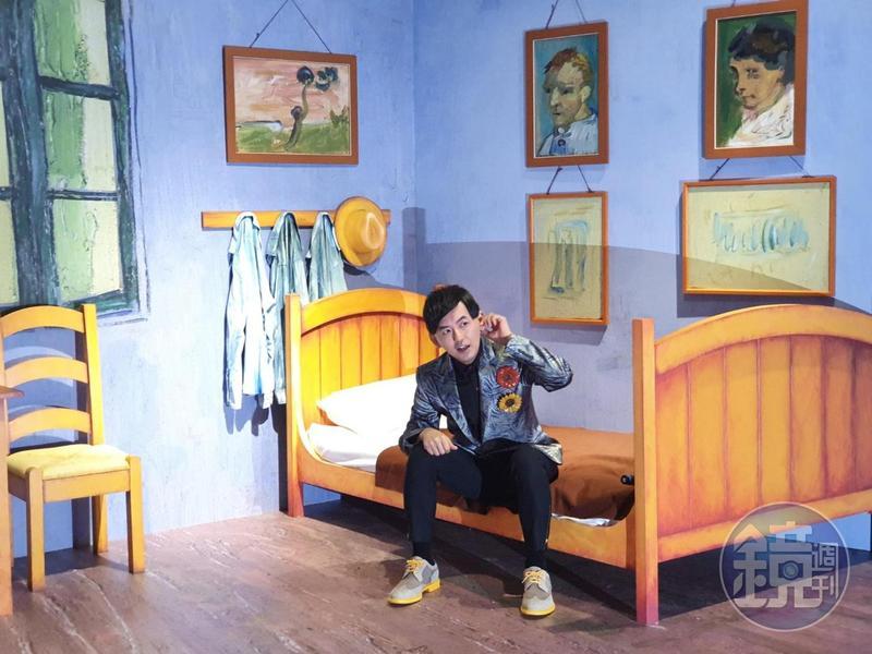 黃子佼為《再見梵谷-光影體驗展》出席活動,拉著左耳說自己怕痛。
