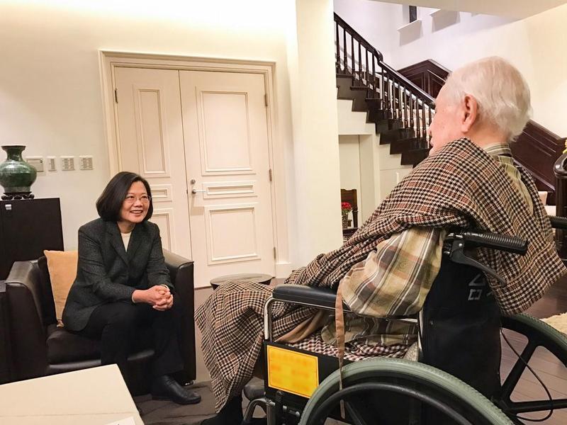 總統蔡英文(左)前往翠山莊拜會前總統李登輝(右)。(翻攝自蔡英文 Tsai Ing-wen臉書)