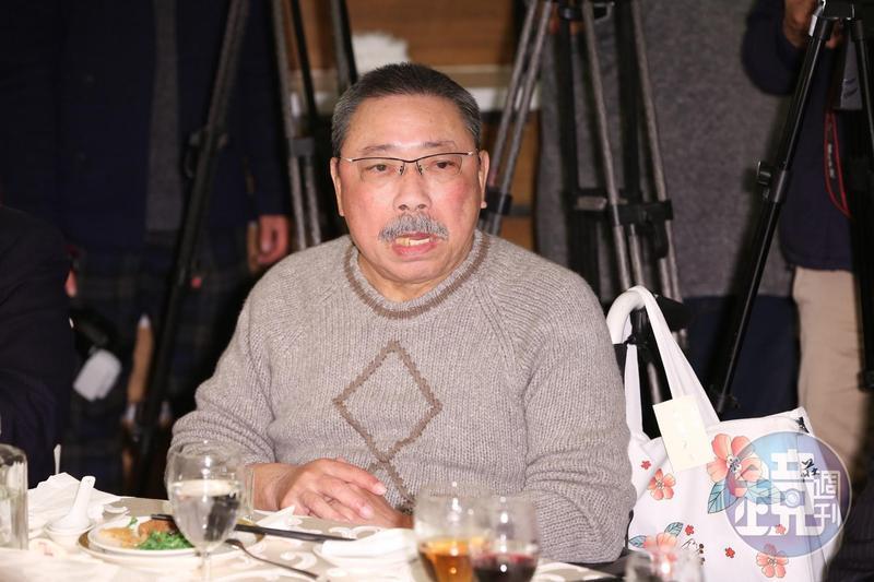 陳松勇一如往常自備高粱參加關懷演藝人員春節聯歡餐會。