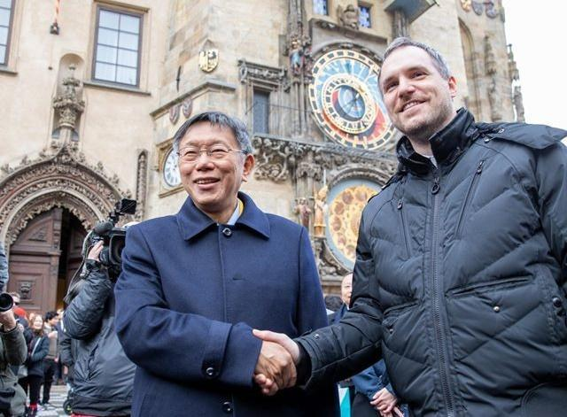 台北市長柯文哲近日以「台灣台北市」名義和捷克布拉格市長簽署姊妹市協定。(翻攝柯文哲臉書)
