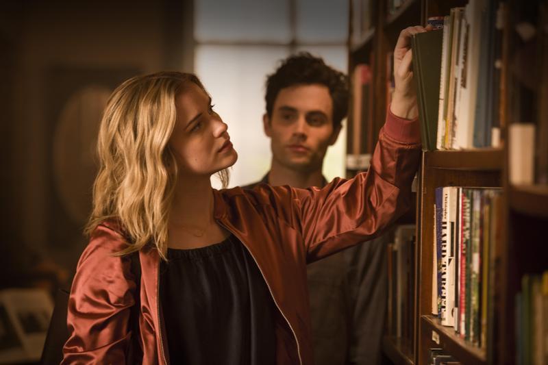 擁有文學底子的美女貝克在書店買書,引起了店員喬的注意,俊男美女的巧遇只換來一場孽緣。(Netflix提供)