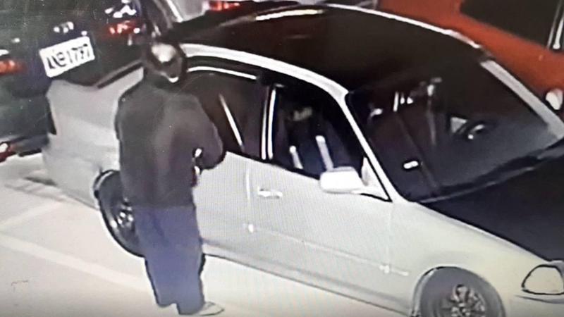 張嫌挑中下手車輛後,就用石頭打破車窗開車門,搜括車內財物。(翻攝畫面)