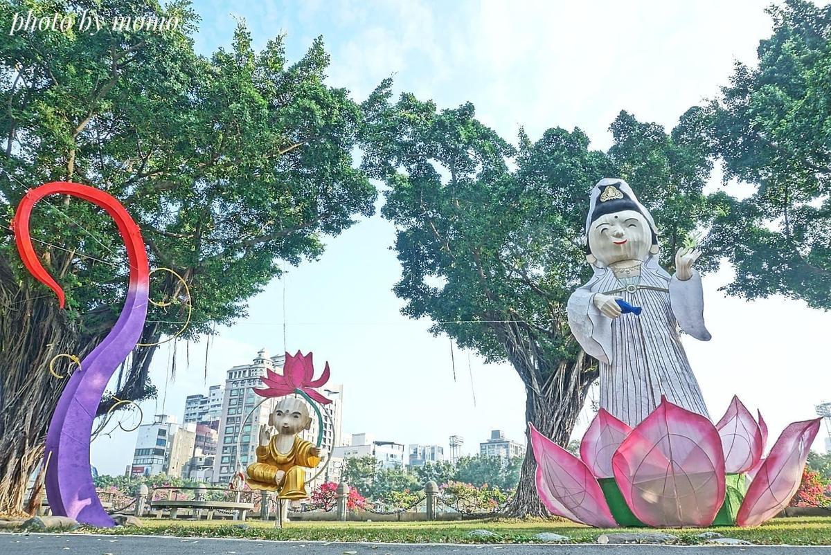 此區燈飾包含站在蓮花座的觀世音菩薩與小和尚,沿路步道兩側更有許多燈飾點綴。(Mo Ron Chan授權提供)