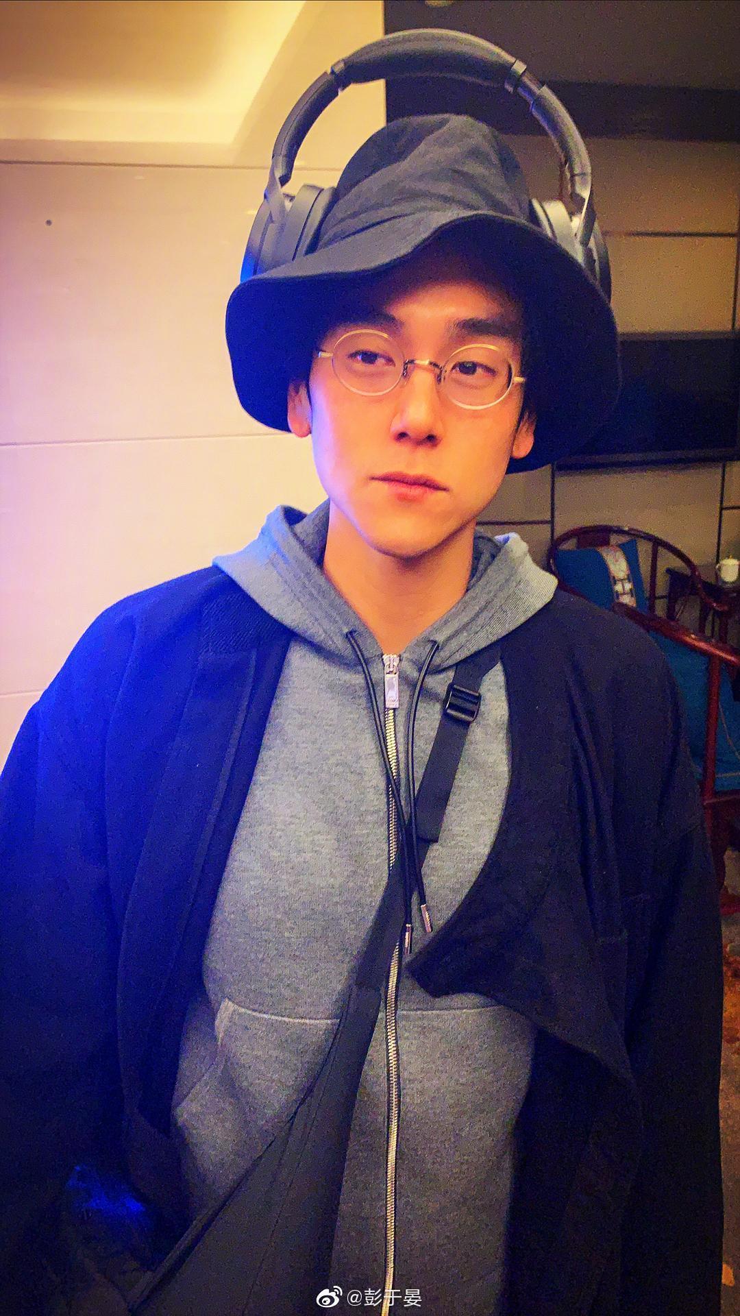 平常帥氣的彭于晏,也會在微博分享自己的矬照,完全不怕毀形象。(彭于晏微博)