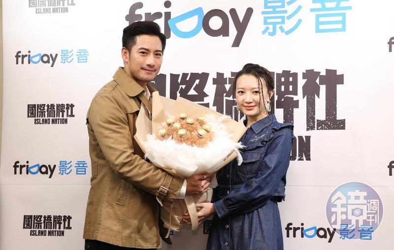 周孝安(左)驚喜送上巧克力花束給李杏。