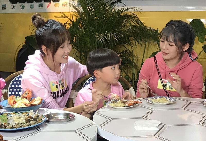 小童星王宥謙首度來到《綜藝新時代》,讓籃籃、鮪魚母愛大爆發。(民視提供)
