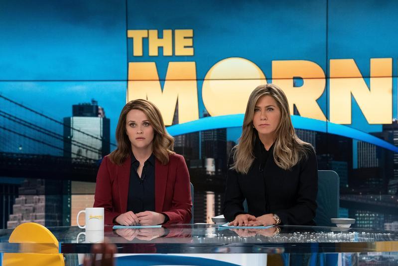 珍妮佛安妮斯頓(右)和瑞絲薇斯朋(左)戲裡戲外都為女性發聲,兩人在《晨間直播秀》亦敵亦友關係,引人入勝。(AppleTV+提供)