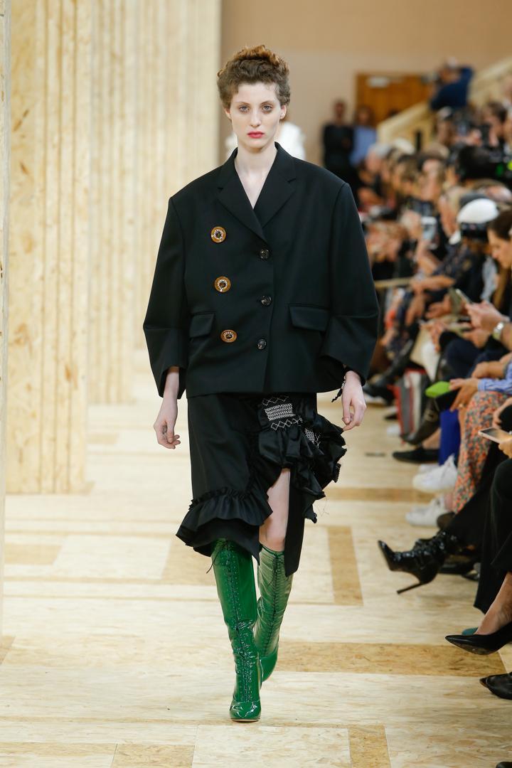 Oversize與復古的釦子,就像奶奶衣櫃偷偷拿出來的衣服,搭配自己時髦的詢子與靴子。(MIU MIU提供)