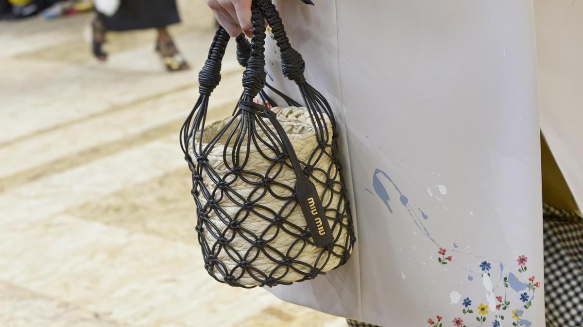 籃子包是2020年的必備包款,一定要來一個。(MIU MIU提供)
