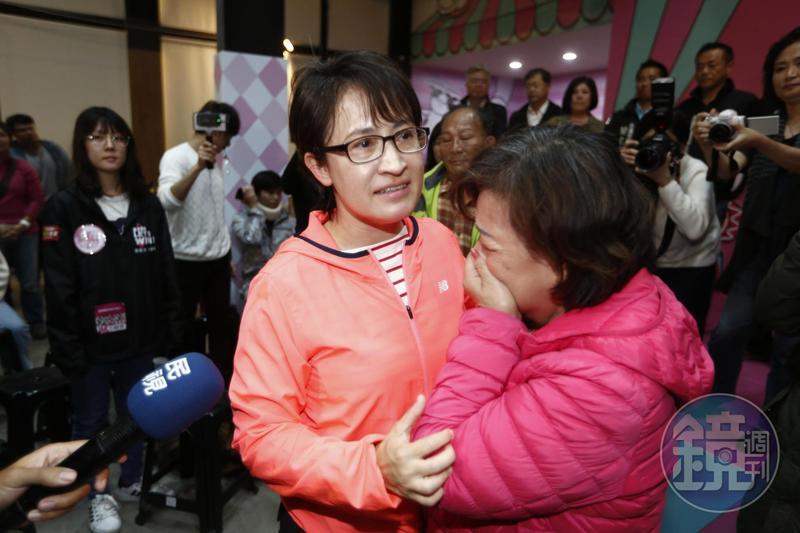 民進黨花蓮縣立委蕭美琴不敵「花蓮王」傅崐萁連任失敗,支持者難過落淚。