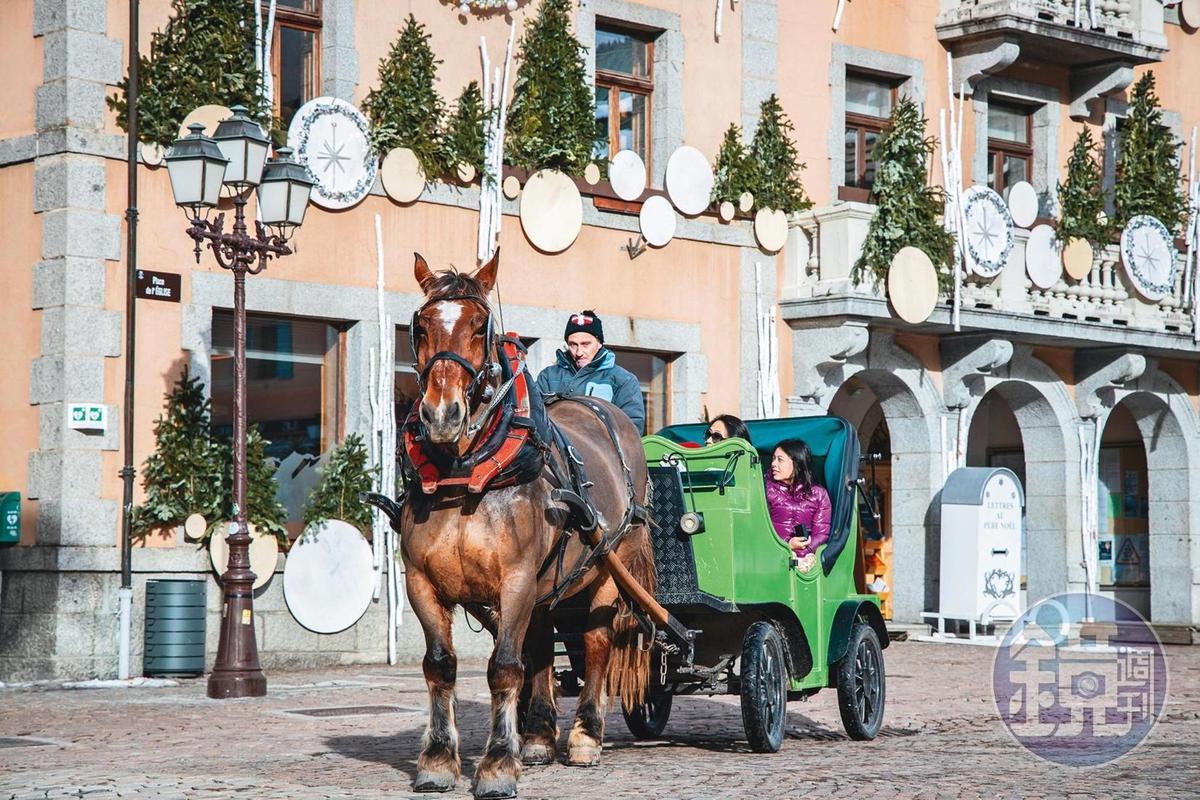 遊客於梅傑夫廣場體驗馬車之旅。