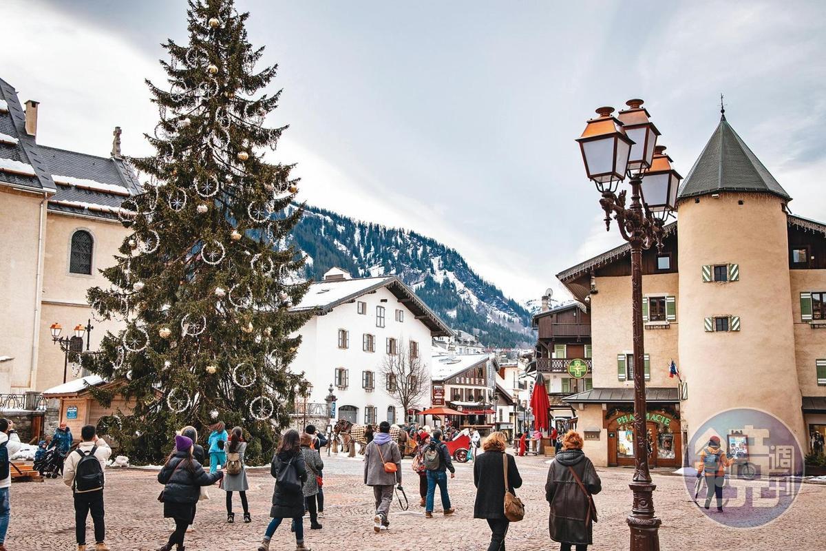每年12月梅傑夫廣場上的耶誕樹,成為冬天的經典畫面。