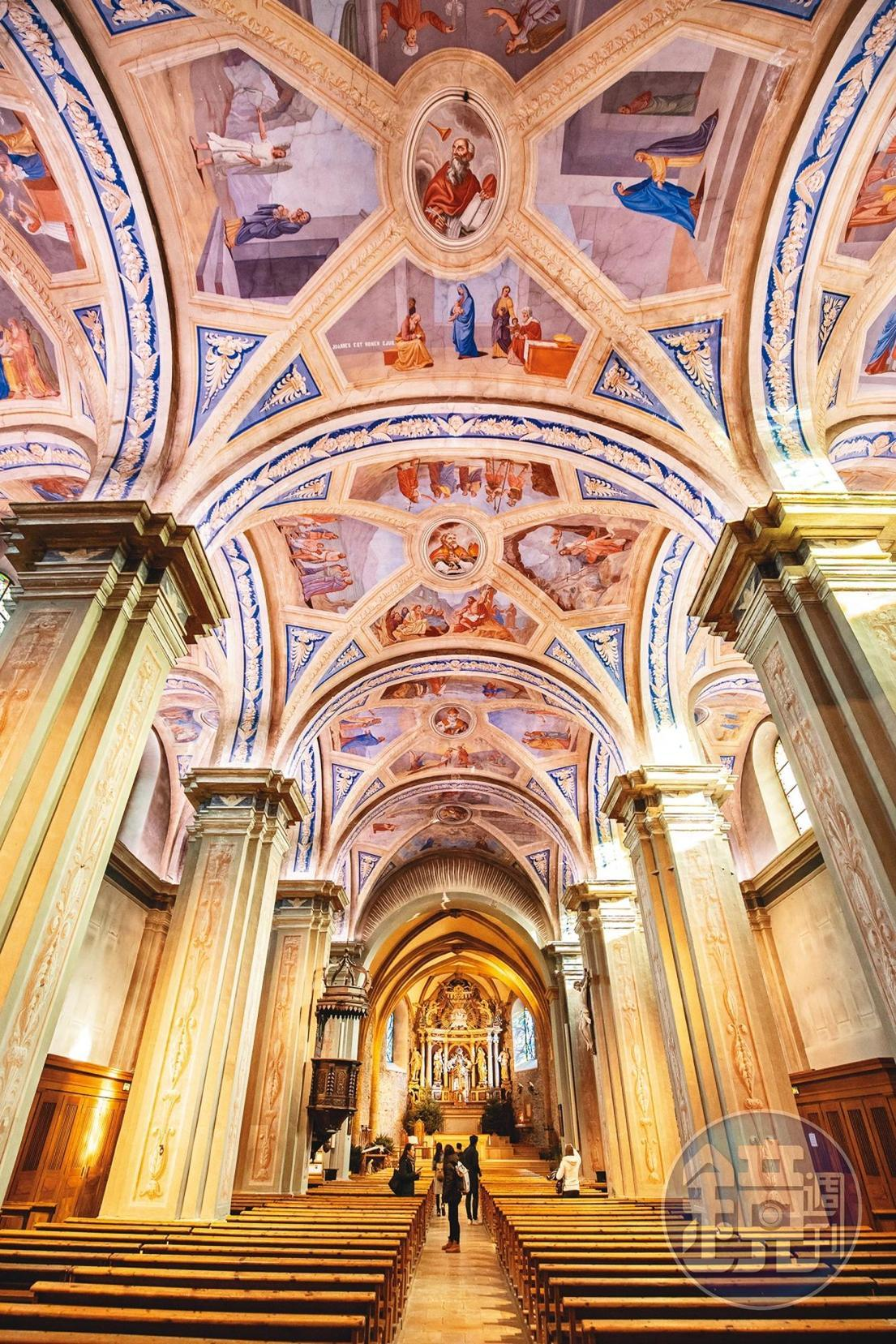 「Saint Jean Baptiste教堂」上方以彩繪述說聖經故事。