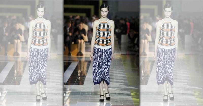 不保暖的粗織毛衣也適合在夏季穿著,Miuccia Prada特地選用這種十分藍領的材質,搭配華麗的印花展現對比。(PRADA提供)