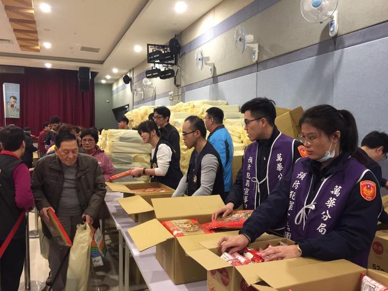 警方在現場發送3000包白米。(翻攝畫面)