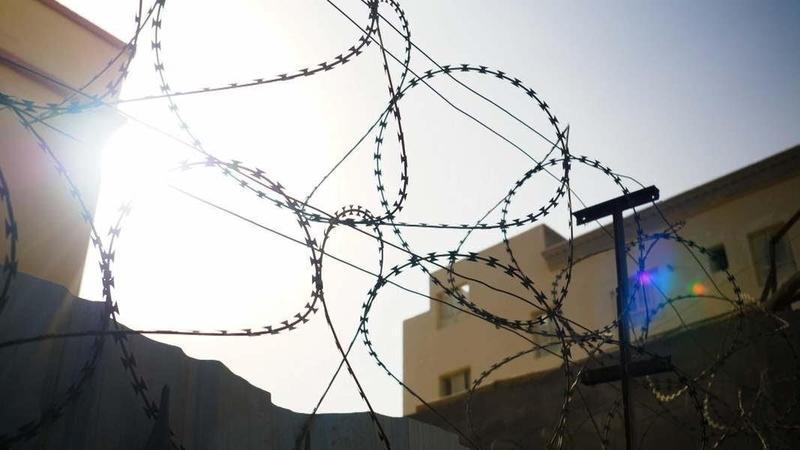 新疆「再教育營」圍牆上的鐵刺網。(公視提供)