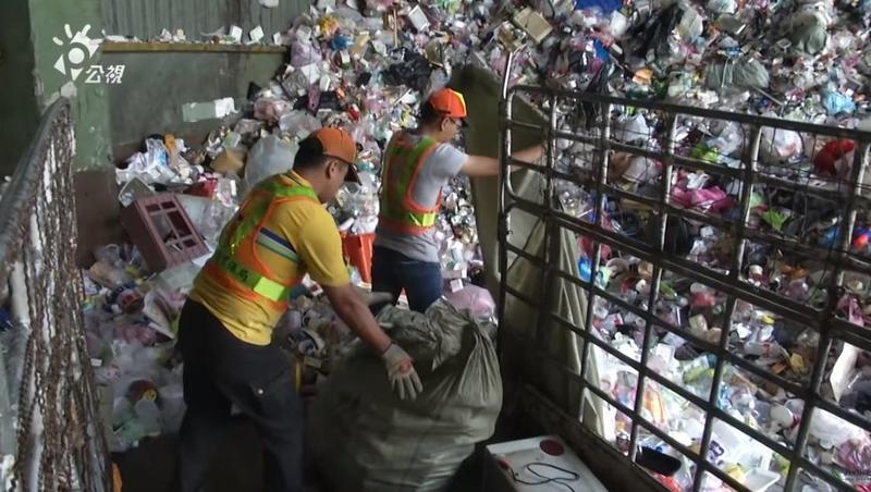 台灣資源分類行之有年,有效減少垃圾量。(翻攝自公共電視-我們的島YouTube頻道)
