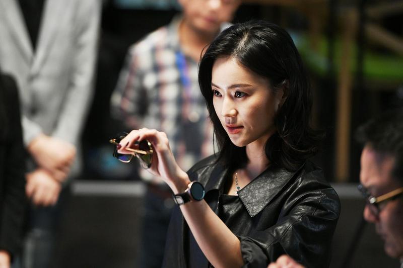 鍾瑶在《跟鯊魚接吻》中飾演一個機車女強人。(三立提供)