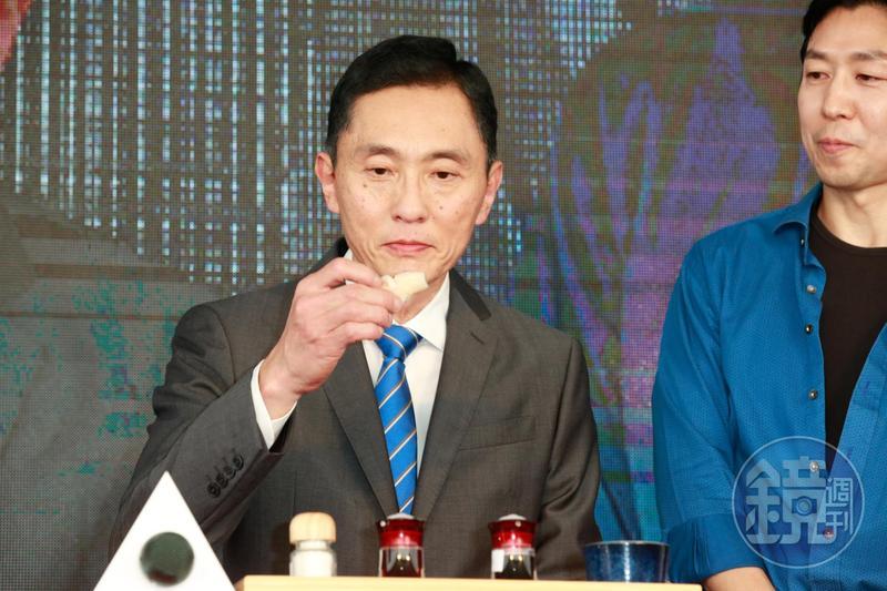 松重豐在記者會上現場品嘗壽司,大呼滿足。