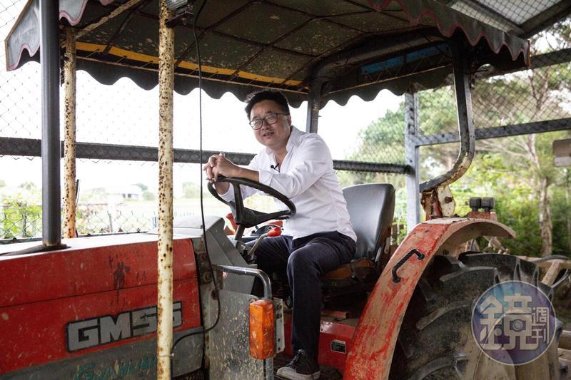 羅文嘉帶我們回到他的故鄉桃園新屋,他從父親那裡繼承的農地,至今每年仍固定收成有機稻米,農忙時,他也會下田幫忙。