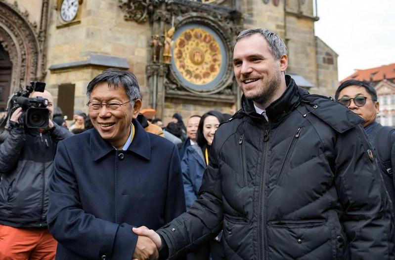 台北市長柯文哲日前與捷克布拉格市長簽署姊妹市協定,外交部臉書po文卻隻字未提柯文哲,在網路上引起軒然大波。(翻攝自布拉格市長臉書)